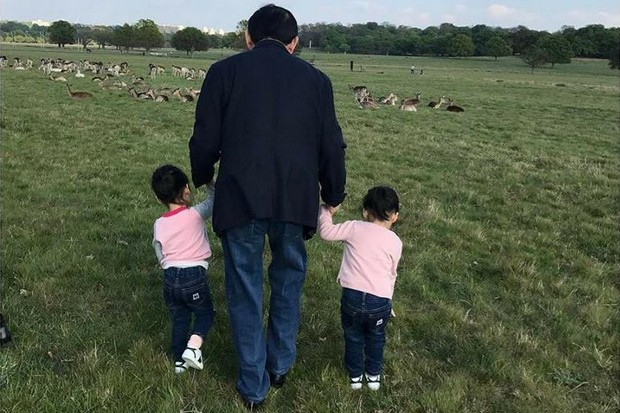 Thaksin Shinawatra, working hard to continue to be a thorn in the side of the prime minister and NCPO, is seen with his twin granddaughters during a visit to England in May. (FB/Ingshinawatra)