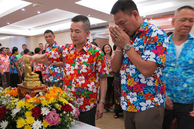 Pol Maj Gen Suthip Palitkusolthat (left) pours water on a Buddha statue during a ceremony to celebrate the Songkran festival at the human resources office in April. (Photo from www.human.police.go.th website)