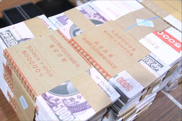 Chon Buri police display fake 5,000-won banknotes seized from six suspects in Bang Lamung district on Sunday. (Photo by Chaiyot Pupattanapong)