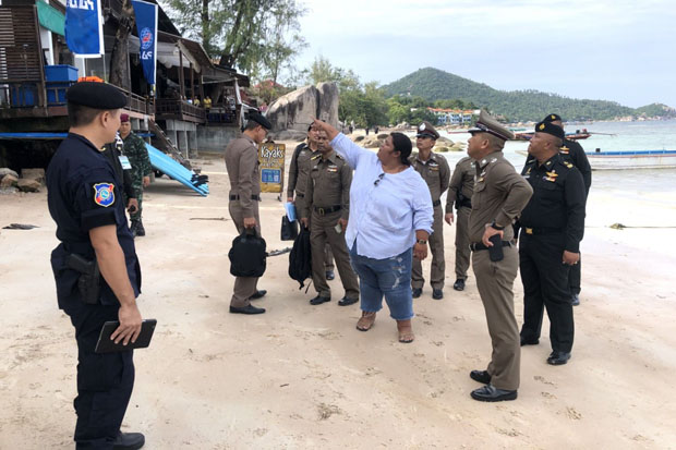 Surat Thani police chief Apichart Boonsriroj, second right, talks to hostel owner Phatra Jaemtrakul at Sairee beach on Koh Tao, Surat Thani, on Monday about the case of the 19-year-old British tourist who claimed she was drugged and raped but did not report it to local police. (Photo by Supapong Chaolan)