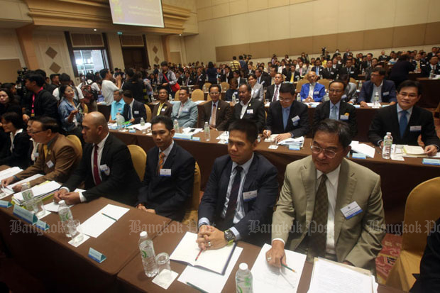 Representatives of political parties and groups attend a meeting hosted by the government at the Army Club in Bangkok on June 25 to discuss issues hindering political activities. (File Photo)