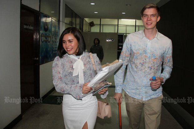Finnish investor Aarni Otava Saarimaa and his Thai business partner Chonnikan Kaeosali arrive at the Crime Suppression Division. (Photos by Wassayos Ngamkham)
