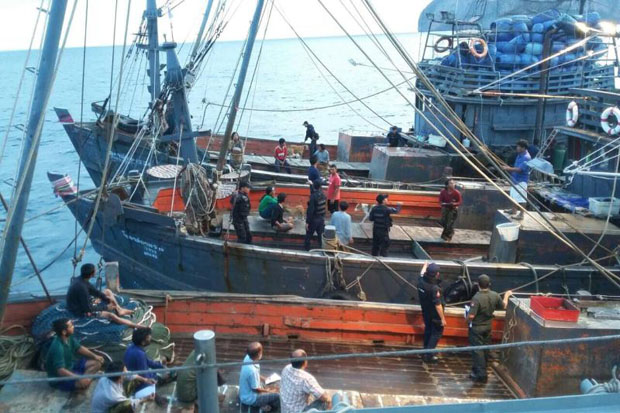 Thai officials arrest the crews of foreign fishing boats near Koh Lipe in Satun province in 2015. Three policemen from Satun have been temporarily discharged pending further investigation after being arrested by Malaysian authorities for alleged piracy after they apprehended a Malaysian fishing boat. (Navy photo)