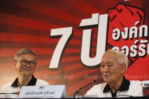 Chairman Pramon Sutivong (right) and members of the private Anti-Corruption Organisation of Thailand (ACT) group claim to have rescued 25.1 billion baht from graft. (Photo by Pawat Laopaisarntaksin)