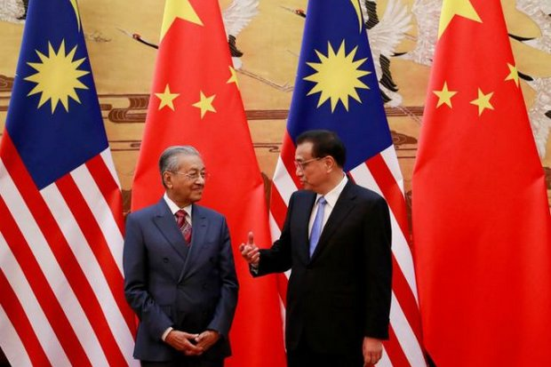 Prime Ministers Mahathir Mohamad of Malaysia (left) and Le Keqiang of China meet at the Great Hall of the People. (Reuters photo)
