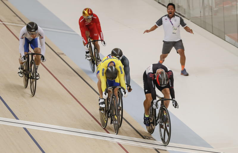 Jai Angsuthasawit (left) and Yudai Nitta of Japan (right) in action during the Men's Keirin Track Cycling event at the Asian Games 2018 in Jakarta on Friday. (EPA-EFE photo)
