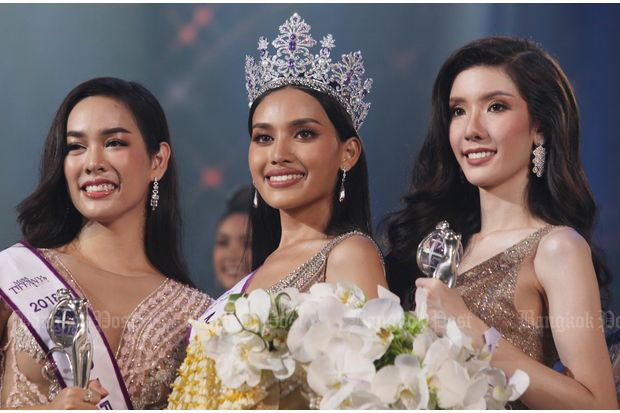 "Kanwara ""Esmon"" Kaewcheen (centre), 21, is crowned Mis Tiffany's Universe 2018 in Pattaya on Friday night. She is flanked by first runner-up Teerachaya 'Book' Pimkittidej (right), 22, and second runner-up Voravalan 'Nam' Taveekarn, 24. (Photos by Apichit Jinakul)"