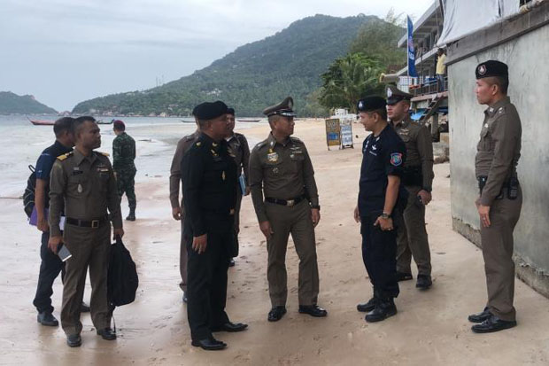 Senior police officers examine Sairee beach on Koh Tao in Surat Thani province late last month, the scene of an alleged rape. (Photo by Supapong Chaolan)