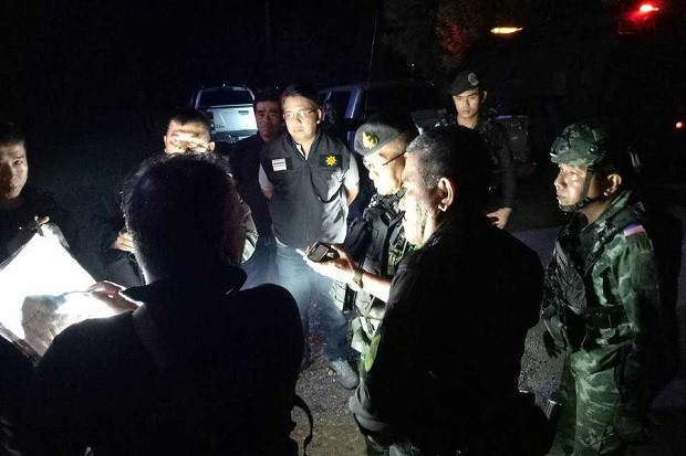 Soldiers and local officials in discussion at the scene where gunmen shot dead two paramilitary rangers and wounded another four in an ambush in Pattani's Nong Chick on Tuesday night. (Photo by Abdulloh Benjakat)