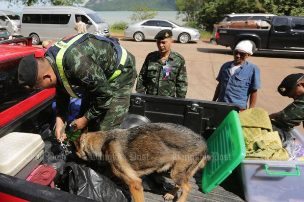 Sniffer dogs and commandos from the 4th Army Region bolstered anti-narcotics agents of the Prime Minister's Office of Narcotics Control Board Sunday in searches they promised would swarm Rin beach of Koh Phangan for Monday's full moon party. (Photo by Wichan Charoenkiatpakul)