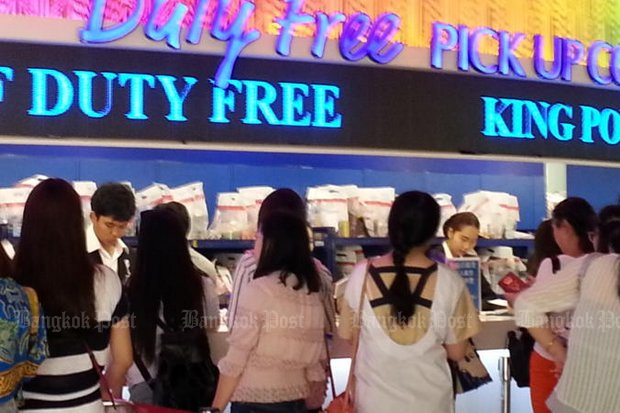 Travellers pick up their purchases at the duty-free counter at Suvarnabhumi airport. (File photo by Walailak Keeratipipatpong)