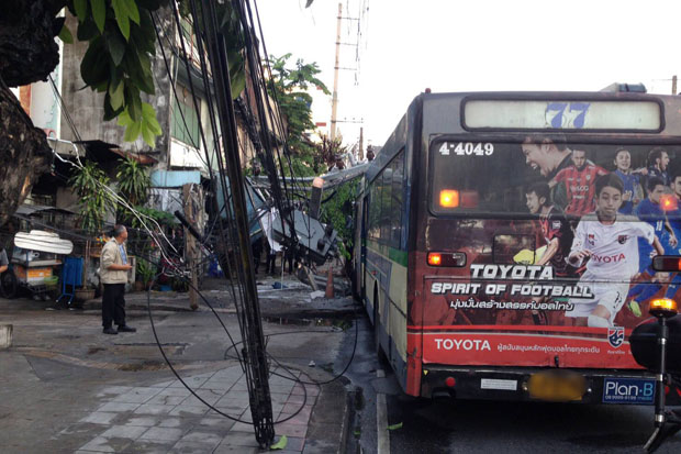 This Bangkok No.77 bus no. 77 hit two power poles on Ratchaprarop Road in Din Daeng district early on Monday morning. (JS100 photo)