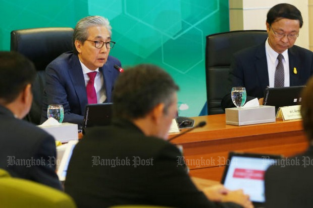 Deputy Prime Minister Somkid Jatusripitak (left), seen here chairing a meeting last week on Digital Thailand, has taken the lead in defending four partisan cabinet ministers against demands they show their spirit and resign. (Post Today photo)