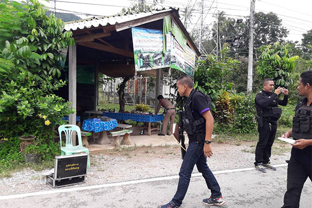 Police and forensic officers at the teahouse where a woman and her son were slain by motorcycle gunmen on Thursday morning in Pattani's Thung Yang Daeng district. (Photo by Abdulloh Benjakat)