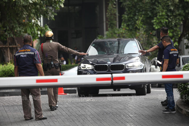 Police check all vehicles leaving Star View condo complex on Rama III Road on Monday, looking for foreign illegals trying to sneak out. (Photo by Pawat Laopaisarntaksin)