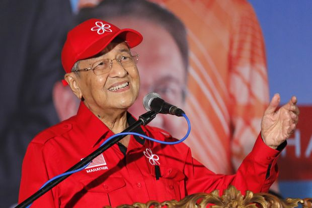 In this Oct 8 photo, Malaysian Prime Minister Mahathir Mohamad delivers his speech during a rally for Anwar Ibrahim in Port Dickson. Prime Minister Mahathir told an economic forum that the fiscal problems had turned Malaysia from an Asian tiger into a 'small kitten'.(AP photo)