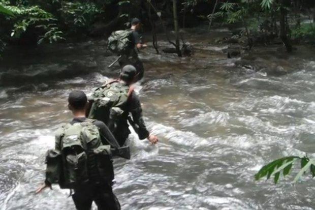 Thungyai Naresuan Wildlife Sanctuary rangers patrol the Kaeng Nam Jone rapids. They arrested three fish poachers on Monday with 450kg of the river's giant fish. (Photo FB/Thungyaiwest)