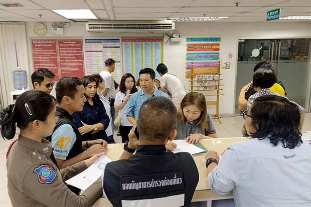 The unhappy travellers file complaints with tourist police at Don Mueang airport shortly after arriving back in Thailand from Japan, having been abandoned by their tour operator at Narita airport on the first day of their holiday. (Photo by the Tourist Police Bureau)