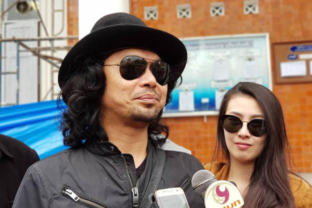 Sek Loso arrives at the provincial court of Nakhon Si Thammarat province in January. (File photo)
