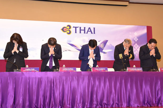 Executives of Thai Airways International apologise for the delayed Zurich-Bangkok flight on Oct 11. (Thai Airways photo)