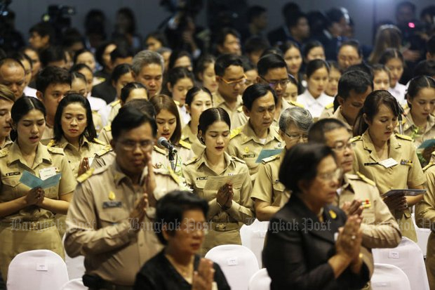 Teachers celebrate 'Wai Khru Day' last January. Educational authorities are slapping tighter restrictions on loan applicants to try to teach the teachers financial responsibility. (Post Today file photo)
