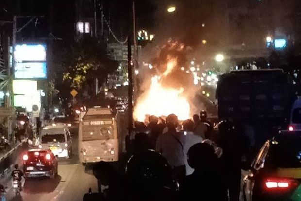Vehicles caught fire after an 18-wheeler running down from an elevated road hit many vehicles on Ramkhamhaeng Road in Bangkapi district, Bangkok, late on Tuesday night. (Photo via JS100.com)