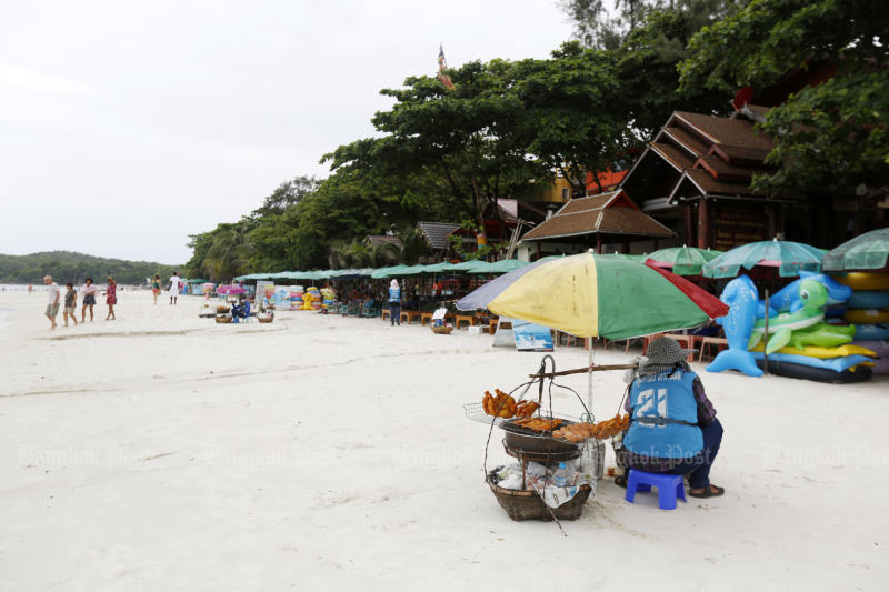 Koh Samet will actively encourage visitors not to use plastic bags from Thursday. (Post Today photo)