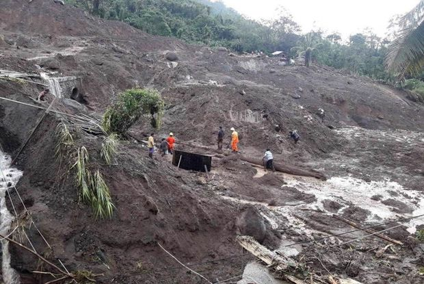 A handout photo made available by the Department of Public Works and Highways (DPWH) shows rescuers looking for survivors after a landslide in the town of Natonin, Mountain Province, Philippines, on Wednesday. (EPA photo)
