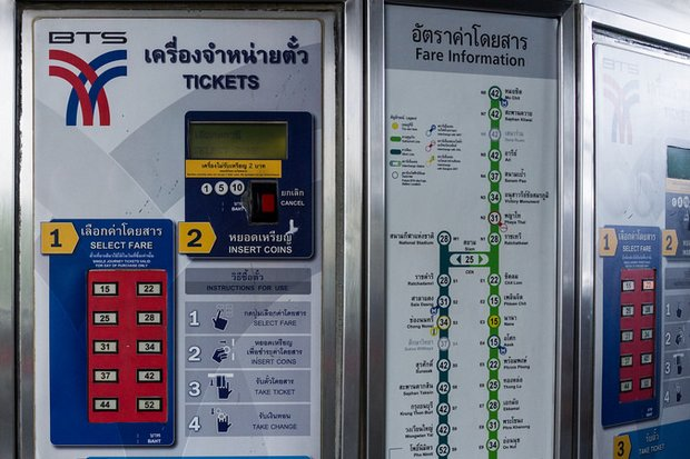 Current ticket prices on the BTS Skytrain are capped at 52 baht for the longest trip. The Bangkok Mass Transit System Plc (BTSC) has been asked to pledge to keep fares below 65 baht until 2059 in exchange for another 30-year operating licence. (Creative Commons)