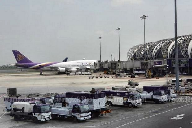 A plane parked at a stand on the apron at Suvarnabhumi airport terminal. Management has been assuring airlines, pilots, passengers and now the International Air Transport Association that the problem of soft spots on runways, taxiways and aircraft stands is being tackled, with immediate, middle and long-term plans in place. (Photo by Pattarapong Chatpattarasill)
