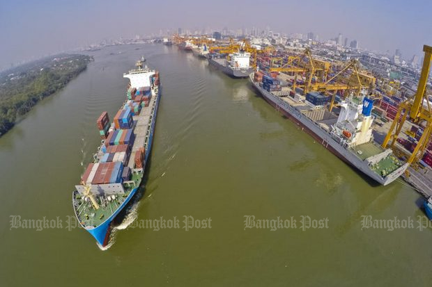 A cargo ship leaves Bangkok Port with containers of Thai goods. The Bank of Thailand on Wednesday said chances are slim for the regime to make good on its target of a 9% export increase for 2018. (File photo)
