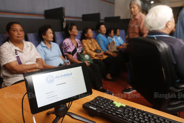 Democrat Party members wait in vain for the electronic-voting system to wake up, so they could select the new party leader. (Photo by Pattarapong Chatpattarasill)