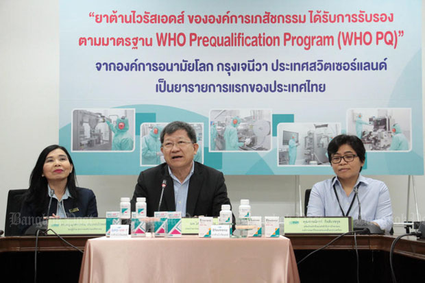 Dr Sopon Mekthon, chairman of the Government Pharmaceutical Organization, centre, and GPO deputy managing director Mukdavan Prakobvaitayakit, left, announce the WHO has certified the GPO's anti-HIV medication Efavirenz, at the GPO plant in Thanyaburi district of Pathum Thani on Friday. (Photos by Tawatchai Kemgumnerd)