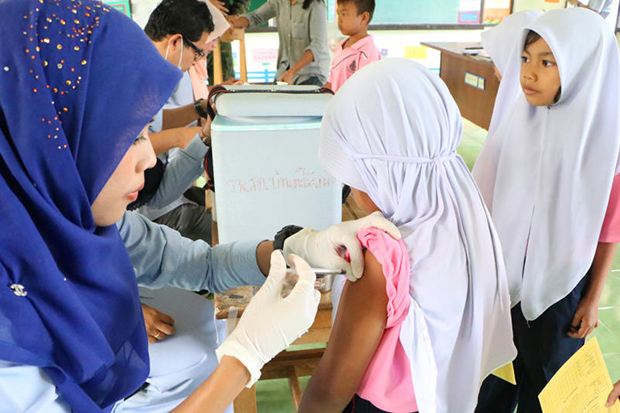A nurse gives a girl a measles vaccine shot in Narathiwat province on Friday to contain the spread of the disease. (Photo by Waedao Harai)