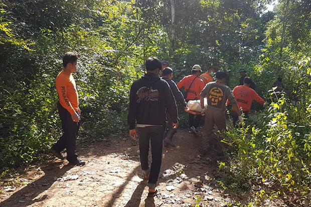 Rescuers cart the body of Prasan Thongdonmuen out of Salak Phra Wildlife Sanctuary in Sri Sawat district of Kanchanaburi province after he was killed by elephants on Sunday. (Photo by Piyarach Chongcharoen)