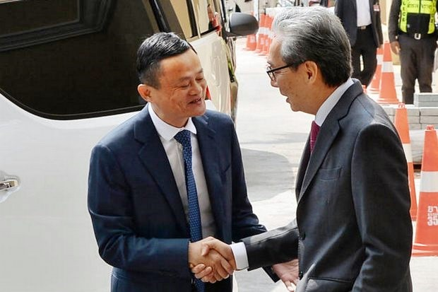 Deputy Prime Minister Somkid Jatusripitak (right) turned again Tuesday to Chinese entrepreneur Jack Ma for help in resuscitating the Chinese tourist arrivals and helping the Thai economy. Photo shows the two men meeting in April. (File photo courtesy Government House)