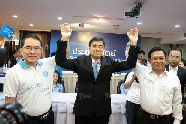Warong Dechgitvigrom (left), Abhisit Vejjajiva (centre) and Alongkorn Ponlaboot announce their candidacies on Oct 8. (Photo by Tawatchai Kemgumnerd)