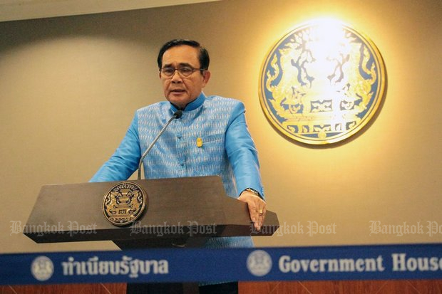 Prime Minister Prayut Chan-o-cha, seen here briefing the media after last Tuesday's cabinet meeting will run afoul of his own constitution if he runs for prime minister in the election while also serving as caretaker prime minister. (Photo by Tawatchai Kemgumnerd)