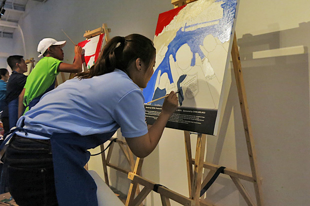 A Thai participant takes part in the movie poster hand-painting challenge during the recent eight-country Asia Super Team competition in Taiwan. Photos courtesy of Asia Super Team