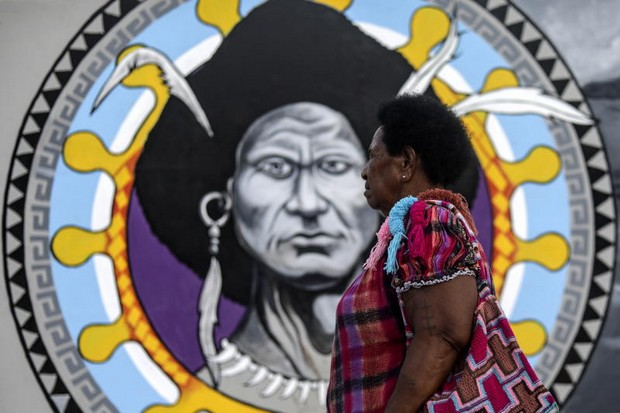 A woman passes by  decoration erected for the Asia-Pacific Economic Cooperation summit in Port Moresby, Papua New Guinea, this coming weekend. (EPA-EFE)