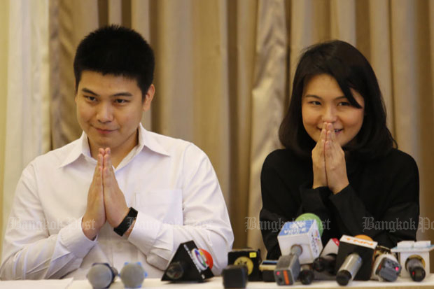 Wasurat Rojrungrangsi (left) and his sister Saithip hold a press conference after they were acquitted in a zero-dollar tour court case in September last year. The Appeal Court upheld the acquittal for them, their parents and their companies on Thursday while fining three other defendants. (Bangkok Post file photo)