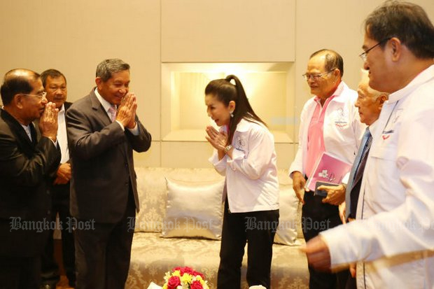 New Chartthaipattana leader Kanchana Silpa-archa (centre) greets new party chief adviser Gen Sonthi Boonyaratglin after the party's executive selection meeting late last month. (Post Today photo)
