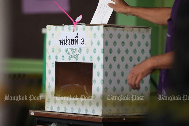 Politicians complain about the regime's decision to empower the Election Commission to make changes to constituency boundaries. (Bangkok Post photo)