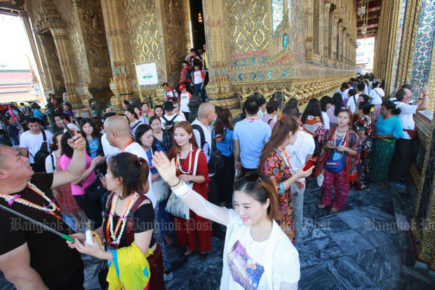 Chinese tourists visit the Grand Palace in Bangkok in October. The Tourism and Sports Ministry reports that Chinese arrivals were down nearly 20% over the same month last year. (File photo)