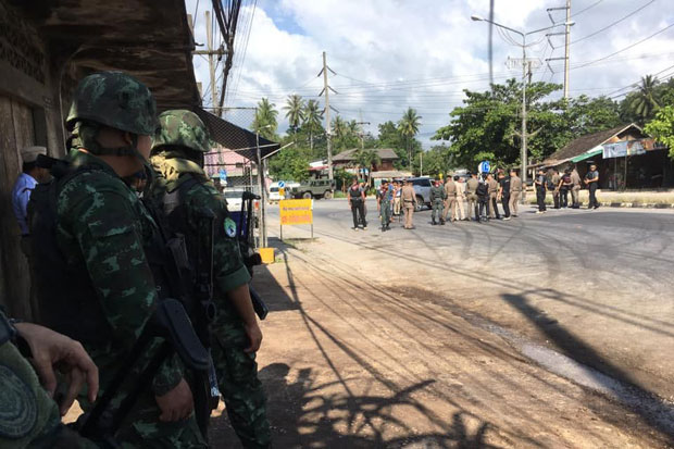 Authorities inspect the scene where an explosion injured a paramilitary ranger on foot patrol in Yaha district of Yala province on Monday morning. (Photo by Maluding Deeto)