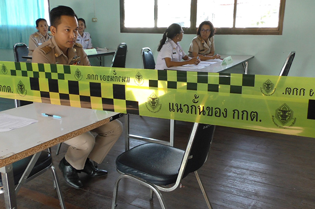 Election officials wait for people to apply for registration for senate selection in Muang district of Chai Nat province on Monday. (Photo by Chudate Seehawong)