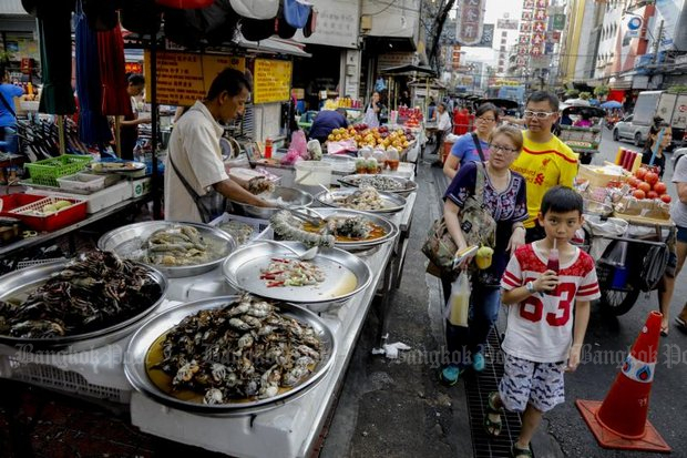 Under the military-appointed Bangkok governor, City Hall has banned most street vendors in many parts of the city including the Yaowaraj (Chinatown) area. (File photo)