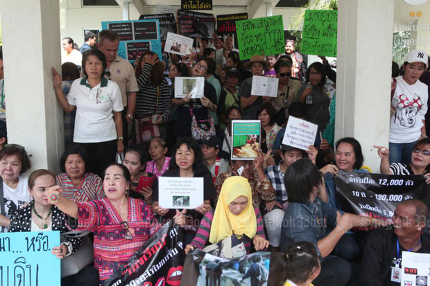 Animal lovers protest against City Hall's campaign to roundup stray dogs and later take them to a holding centre in Uthai Thani province, at the Government House  complaints centre in Bangkok, on Nov 19. (File photo)