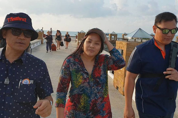 Police arrest Anthika Kaeosrisook, 27, on Koh Phangan in Surat Thani province on Wednesday for an alleged B1.27m investment fraud and claim to be a former police chief's relative. (Photo supplied)