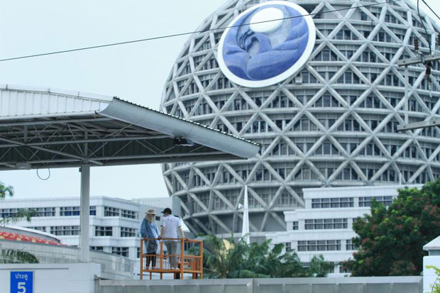 The globe-shaped building believed to be the command centre of Wat Phra Dhammakaya stands in the vast compound of the controversial temple in Khlong Luang district, Pathum Thai. Authorities hope to confiscate and auction it off to return embezzled money to members of Klongchan Credit Union Cooperative. (File photo)